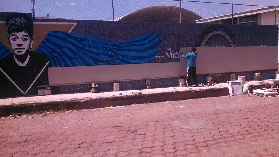 Mural dedicado al joven Ricardo Cadena, asesinado por un mando policiaco en Puebla, México, en el momento de comenzar a ser borrado. Foto: Cortesía de Said Dokins.