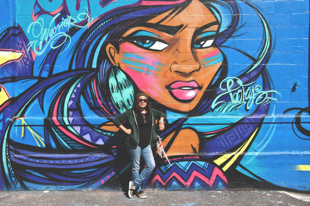 La artista urbana ecuatoriana Toffly, de Nueva York, es una protagonista del documental de Henry.