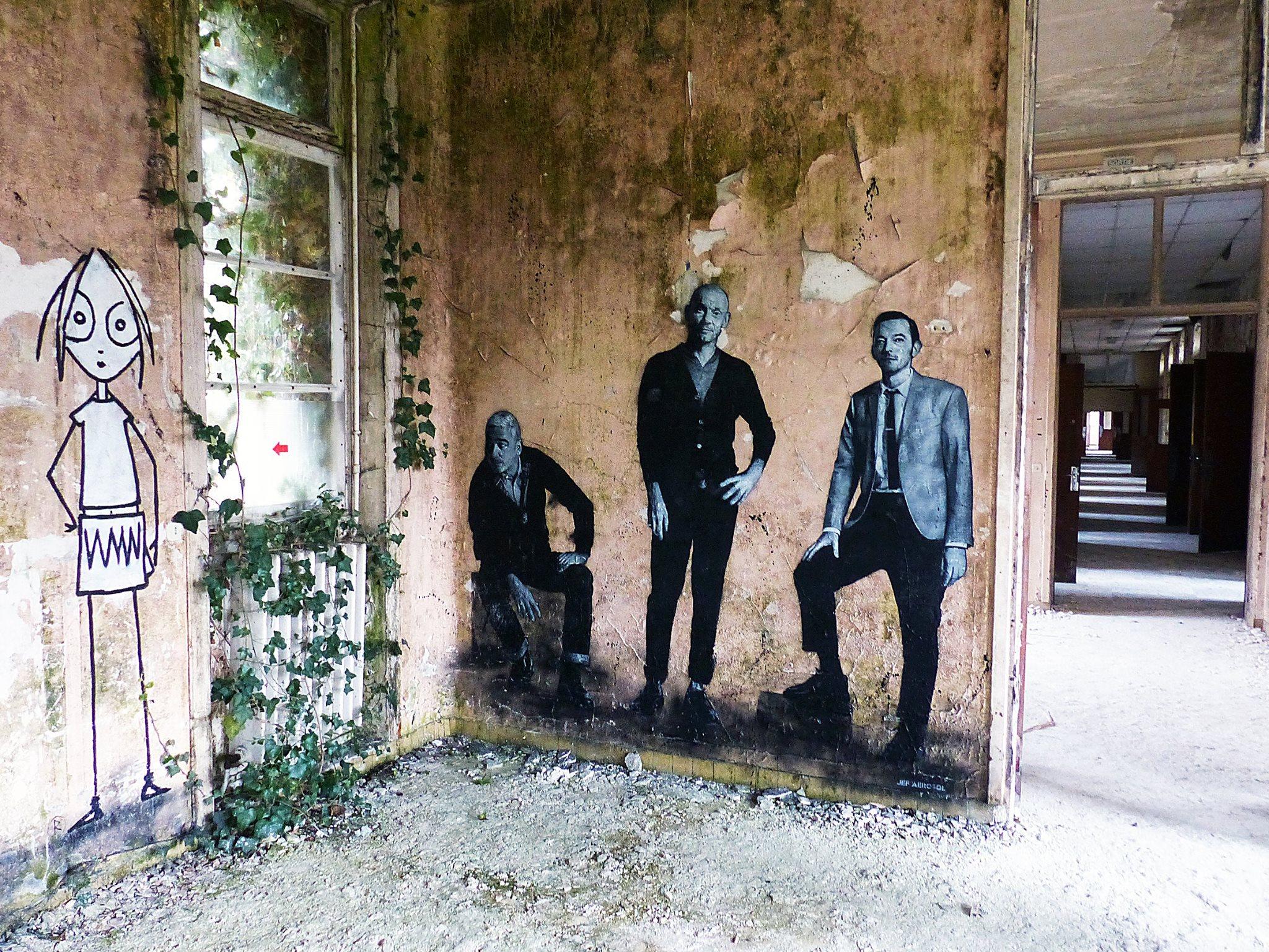Esténciles de los integrantes del grupo de rock francés Louise Attaque. Grands Moulins de París. Marquette-Les-Lille. 11 de Marzo de 2016. Foto: Alexis Christiaen.