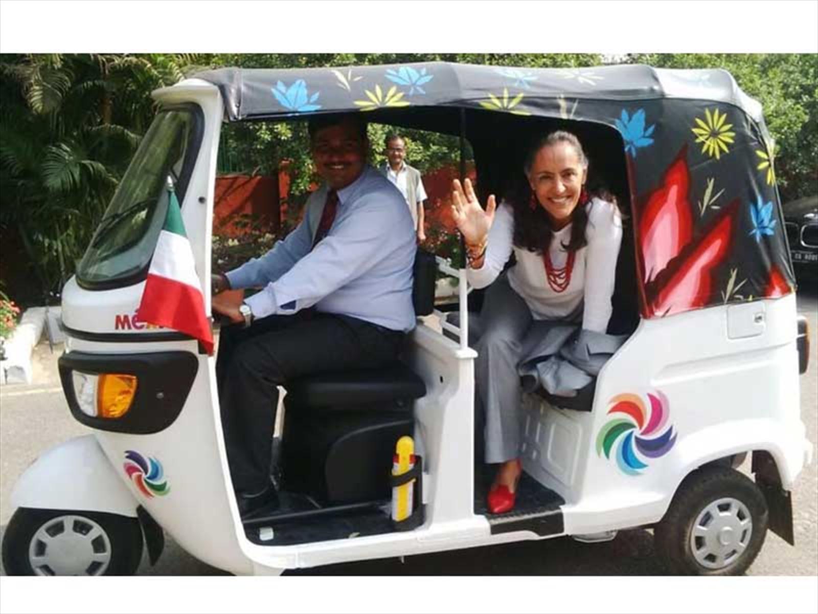 Embajadora mexicana en India montada en el auto rickshaw intervenido por Senkoe