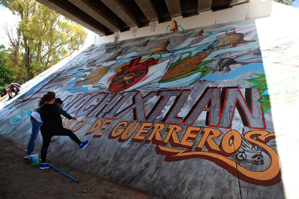 """""""Nochixtlán, pueblo de guerreros"""", uno de los murales debajo de un puente en el pueblo oaxaqueño. Foto: Octavio Gómez."""